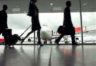 siluetas de personas circulando en el aeropuerto